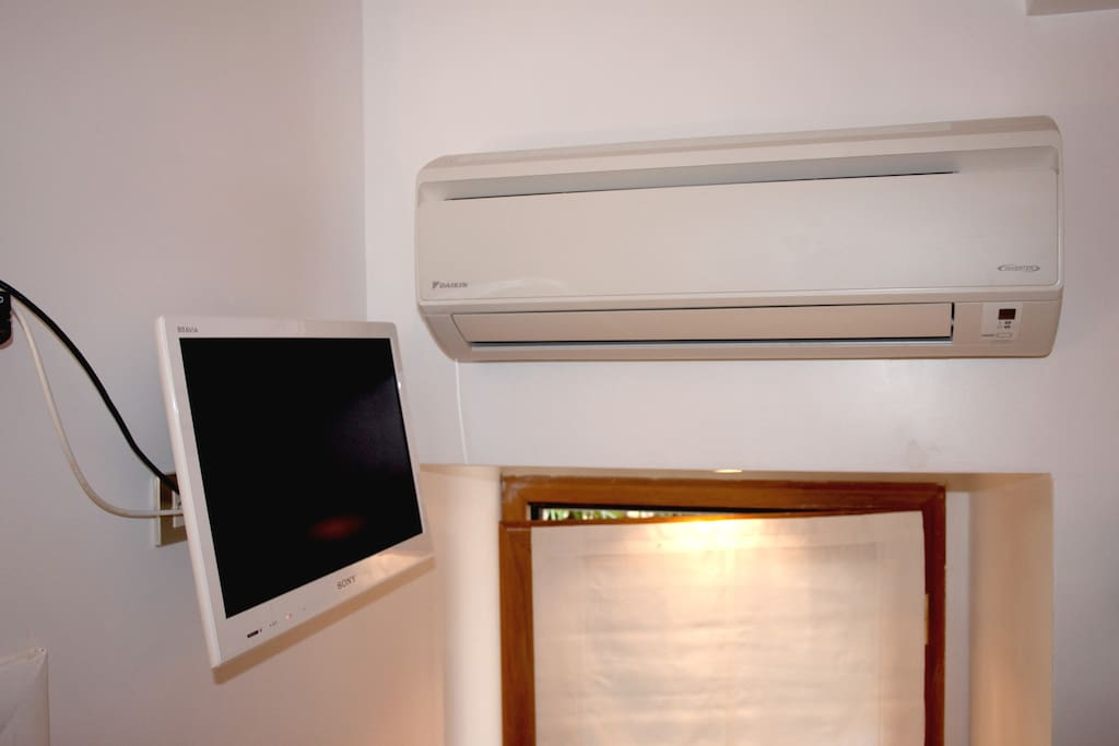 Heating/air conditioning unit and TV set