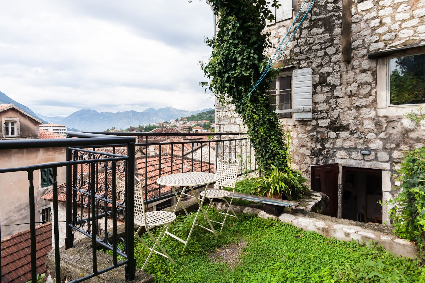 APT WITH PRIVATE GARDEN IN KOTOR