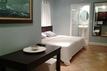 Waterfront Room and en-suite with Private Entrance - Miami Beach - Ház