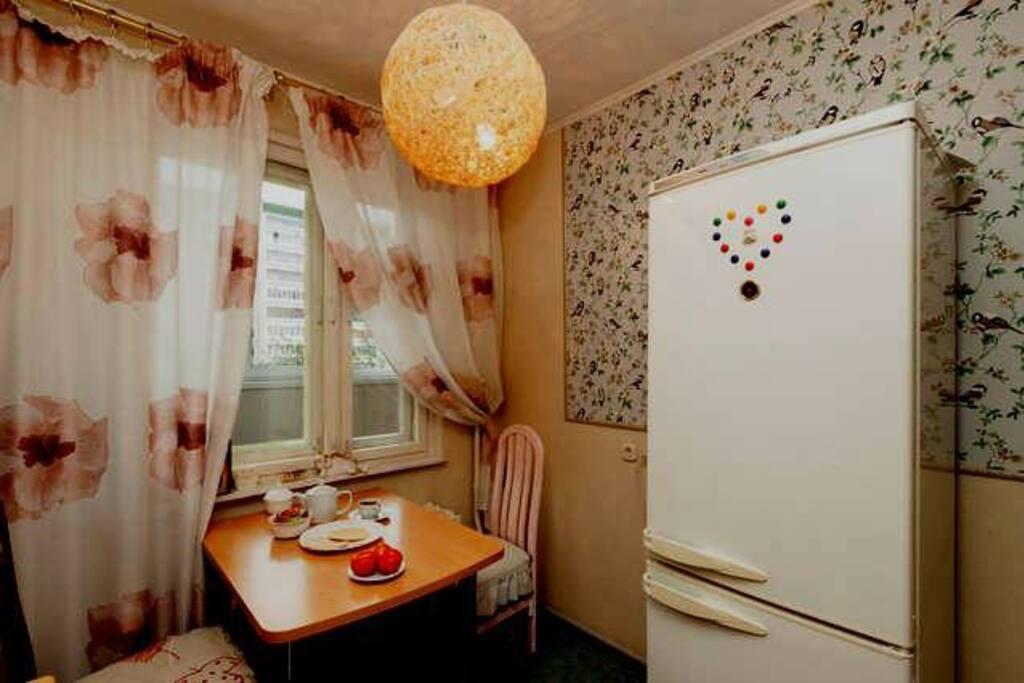 На кухне вместительный холодильник, который понравится гостям.