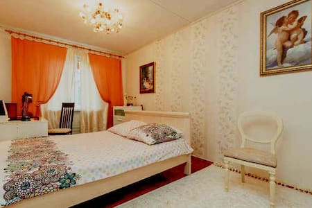 Spacious room with picture of Paris