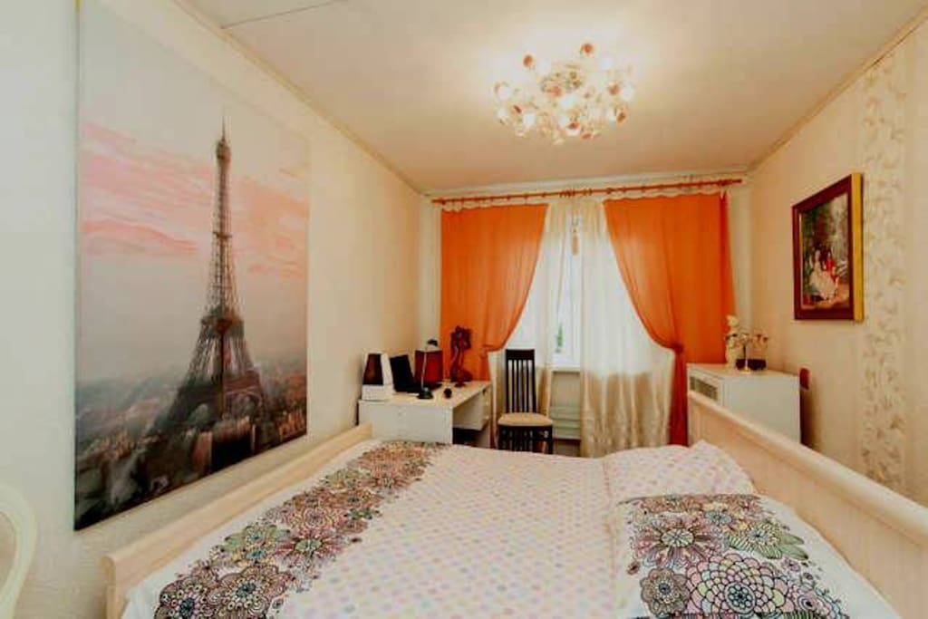 В спальне есть увлажнитель воздуха, письменный стол и удобная кровать.