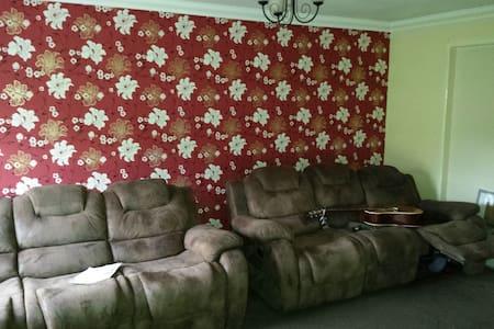 Nice single room in London suburbs - House