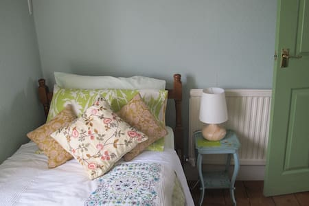 Julie's Small pleasant single room - House
