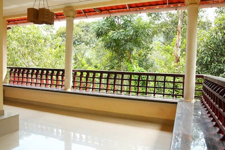 Natureroots Home stay near Munnar - Bed & Breakfast