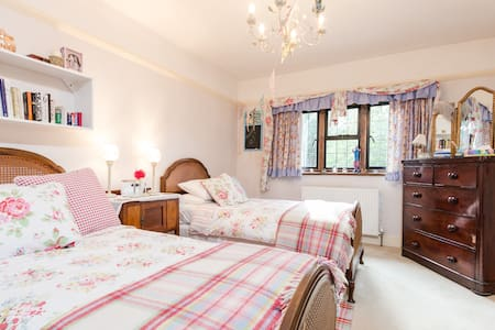 30 MINS - TRAIN TO WATERLOO, LONDON - Bed & Breakfast