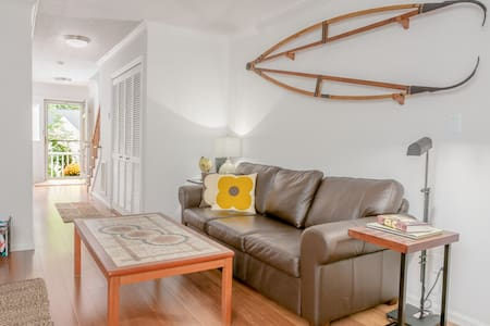 Visiting NCSU? Catching a show or a game at PNC Arena? Or coming to town for a conference? This charming townhouse inside the beltline is close to everything!