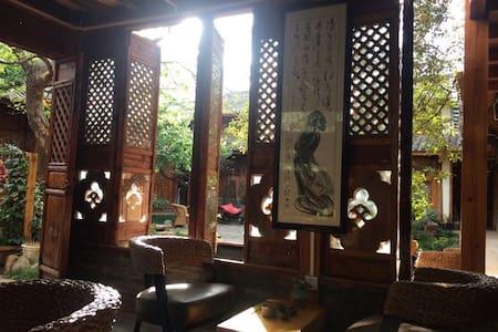 丽江束河茶语屋客栈 阳光院景套房 - Lijiang - Bed & Breakfast