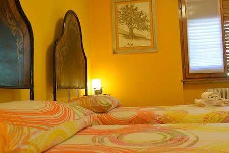 Due letti antichi nel giallo - Sonico - Bed & Breakfast