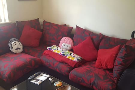 Cosy 2 bedroom & allocated parking! - Earley - Apartament