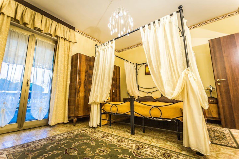 camera superior con letto a baldacchino e servizi privati
