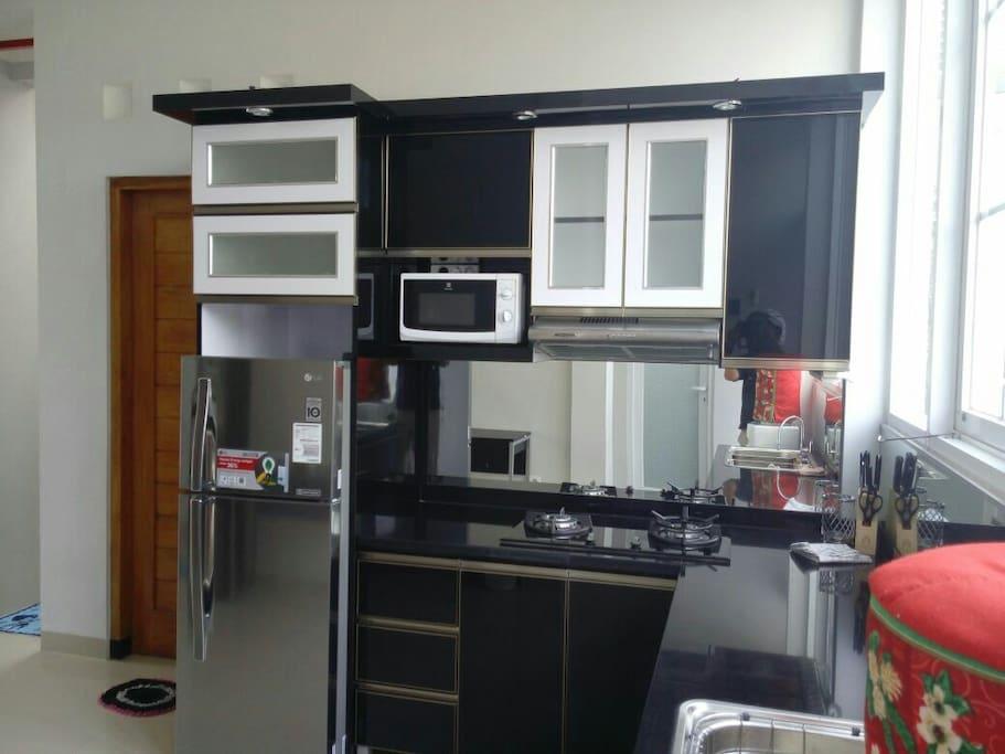 Kulkas,  kitchen set, kompor gas,  cooker hood,  dispenser dan semua peralatan dapur lengkap