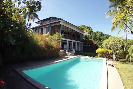 Villa Gaia, Chambre Baliste au bord de la piscine - 別荘
