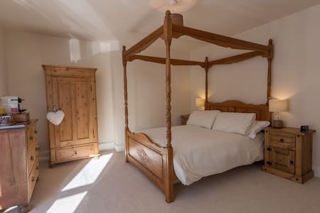 Lovely double four poster room - House