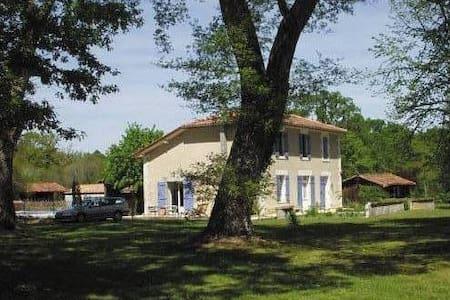 Maison avec piscine dans les landes - Dům