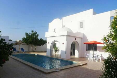 Villa meublée de 250 m²avec piscine - House