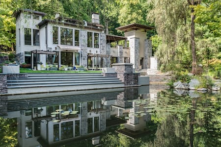 Newly built, 4000 sqft house with 2400 sqft of decks, 4 bedrooms 4 bathrooms, all bedrooms have outdoor sitting areas. Theres also a brand new Hot Tub next to the pond. 1 hour 10 min from Manhattan , great hiking trails and near cold spring.