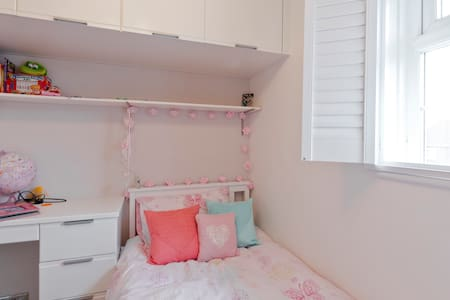 Girly single room in private house - House
