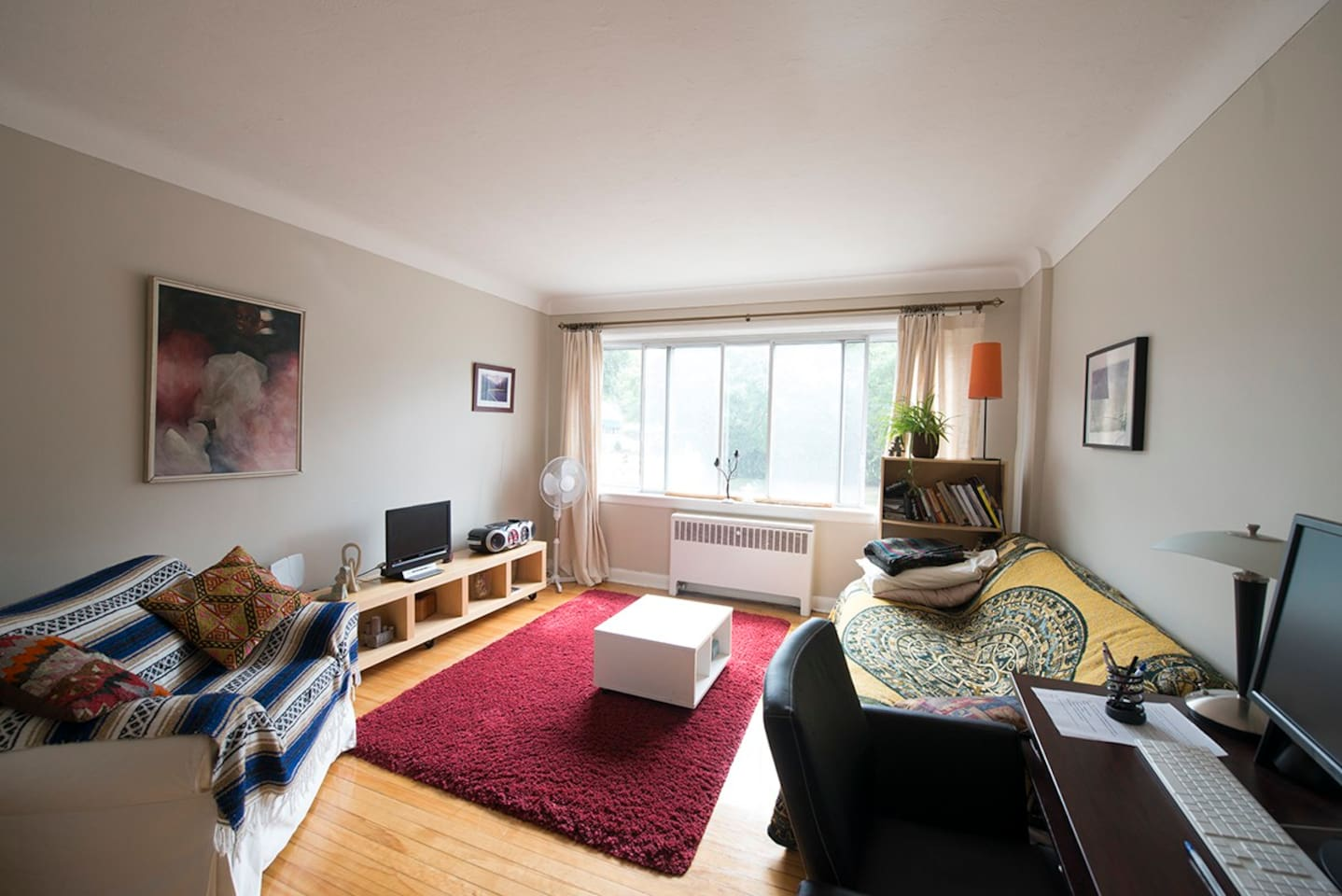 clean bright apt, close to downtown