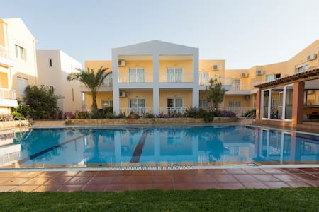 EVELIN  hotel-apartments - Rétino - Bed & Breakfast