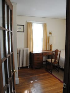 Sunlit room 20min by bus to Harvard - Belmont - Maison