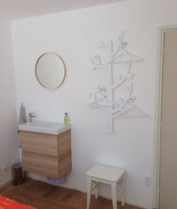 newly renovated bright, clean room with breakfast - Ház