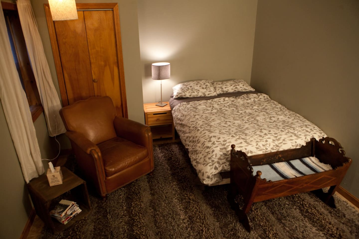 Cozy queen sized private guest house right in the heart of downtown Northampton.