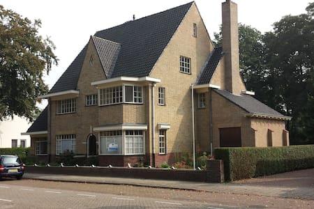 Groot jaren '30 huis in Brabant - Asten - Dom
