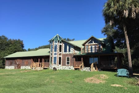 Vacation Lodge on 380 Private Acres - Casa