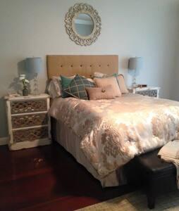 Beautiful four bedroom, 2 bath home by River! - Ház