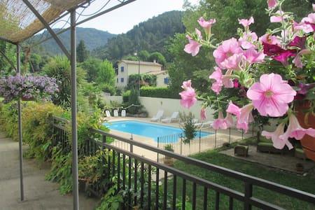 """Gîte """"Châtaigne"""" en  Cévennes avec piscine commune - L'Estréchure - Apartment"""