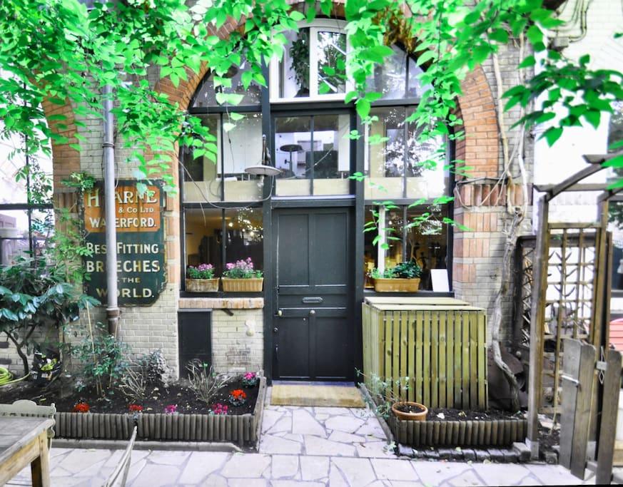 Atelier d 39 artiste dans un jardin lofts louer paris - Atelier d artiste a louer ...