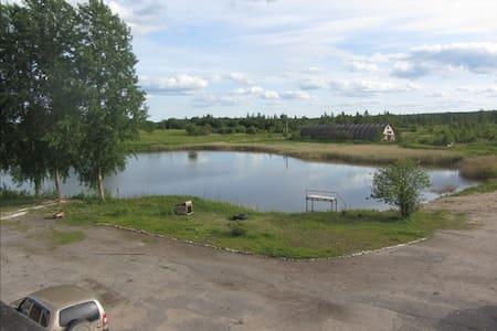 Изборск: Гостевой дом с озером и рыбой (Комната 3) - Gæstehus