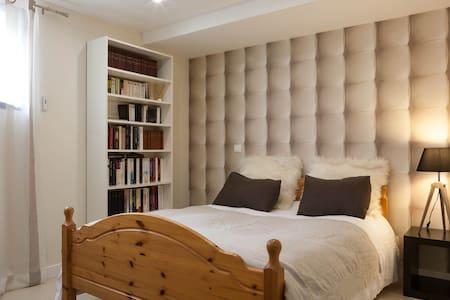 Chambre avec salle de bain  - Thoiry - House