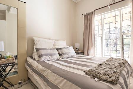 Spacious 2 room 1 bedroom cottage - Sandton - Wohnung