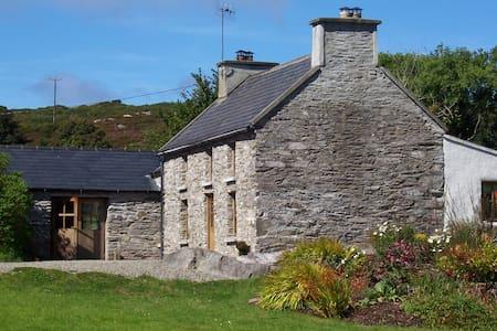Original Irish Stone Cottage set in 2 acres - Toormore, Schull - Casa