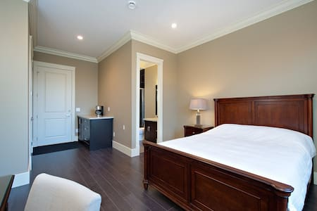 1 queen bed with private bathroom - Richmond - House