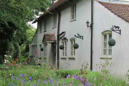 Cosy Cottage-sleeps 5 in 4 bedrooms - Great Cheverell - Casa