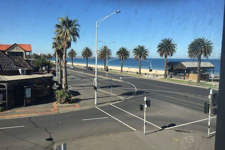 Large room, beach front apartment with beach views - Albert Park