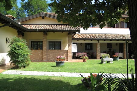 Agriturismo Casa Shangri-La relax e vini e cibo - Bed & Breakfast