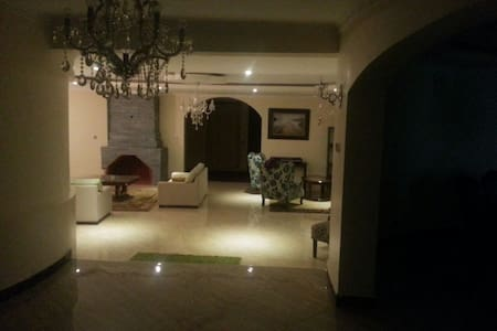 Spacious Private Room in a Beautiful Home - Huis