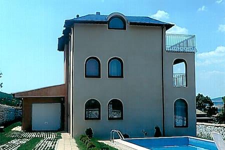 Bright spacious family home - Варна - Huis