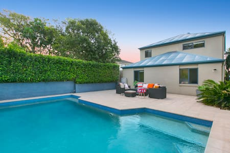 Yeronga Family Oasis with City Views and Pool - Hus