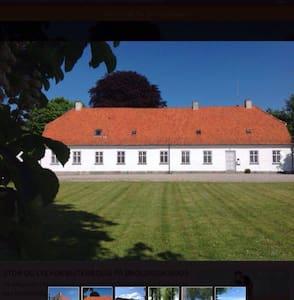 Hus med have i skøn natur - House