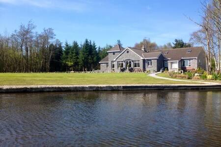 Beautiful Lakeshore Lodge Sleeps 14