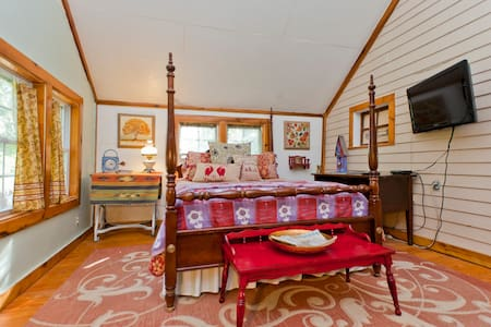 Historical Rustic Cottage! - College Grove - Bed & Breakfast