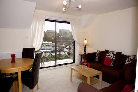 Attractive 2 bed flat with balcony - Largs - Apartament