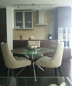 Welcome corporate executive, professional or sports fan. Tourist or local. 1 minute from Union, Across the street from Air Canada Center, Metro Convention Center and Rogers Center. Highway access. This condo is in an excellent location. It has fast internet, LED TV, full kitchen and a comfortable bed.