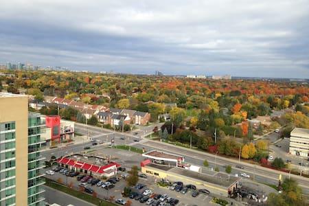 1 BDRM/ Free Parking Near Subway@Sheppard/Leslie - Toronto - Appartement