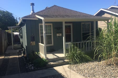 Cozy and Clean Cottage Walk to Town, Fairgrounds - Puyallup - House